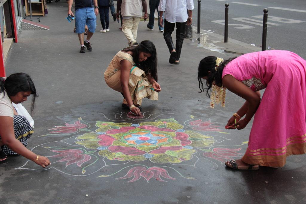 Décoration des trottoirs, avant le défilé