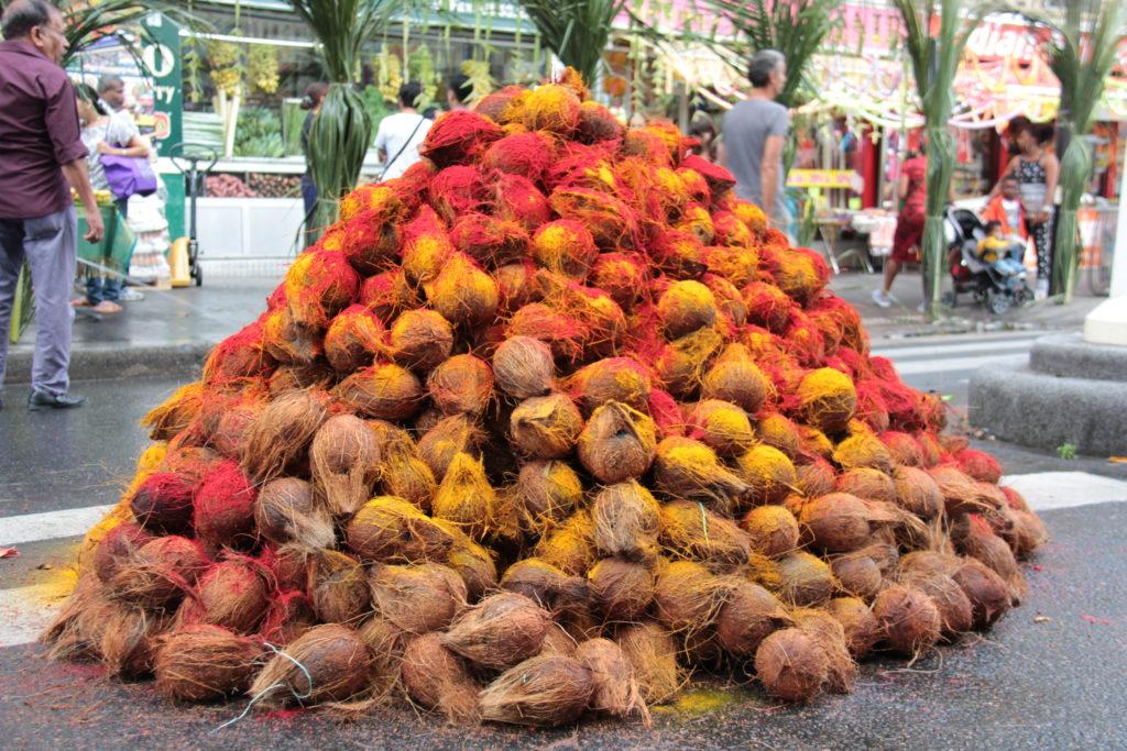 Les offrandes, ici des noix de coco