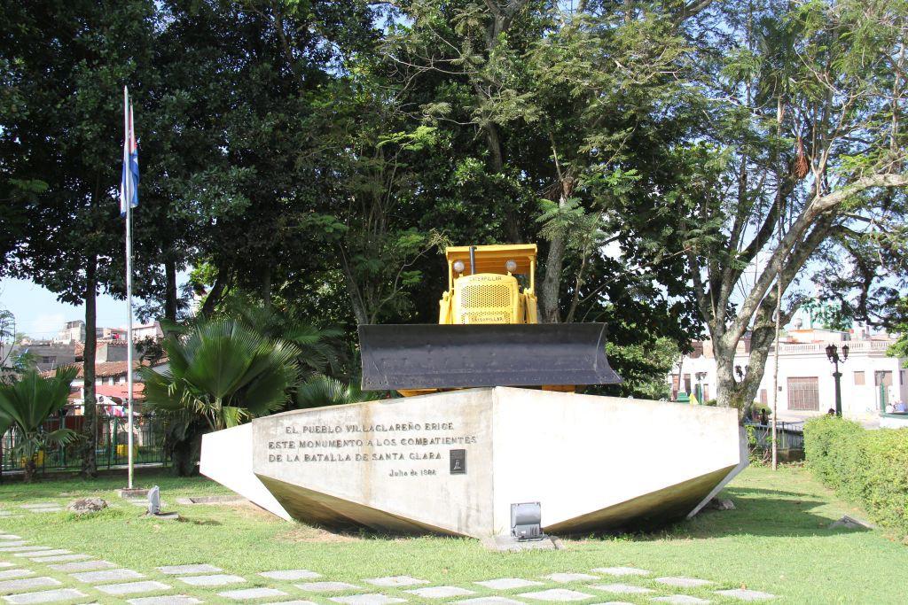 0104-Cuba-Santa-Clara-monument-train-blindé