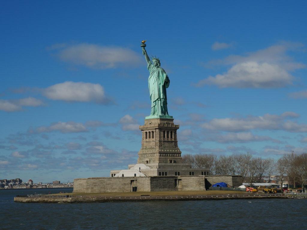La statue depuis le bateau