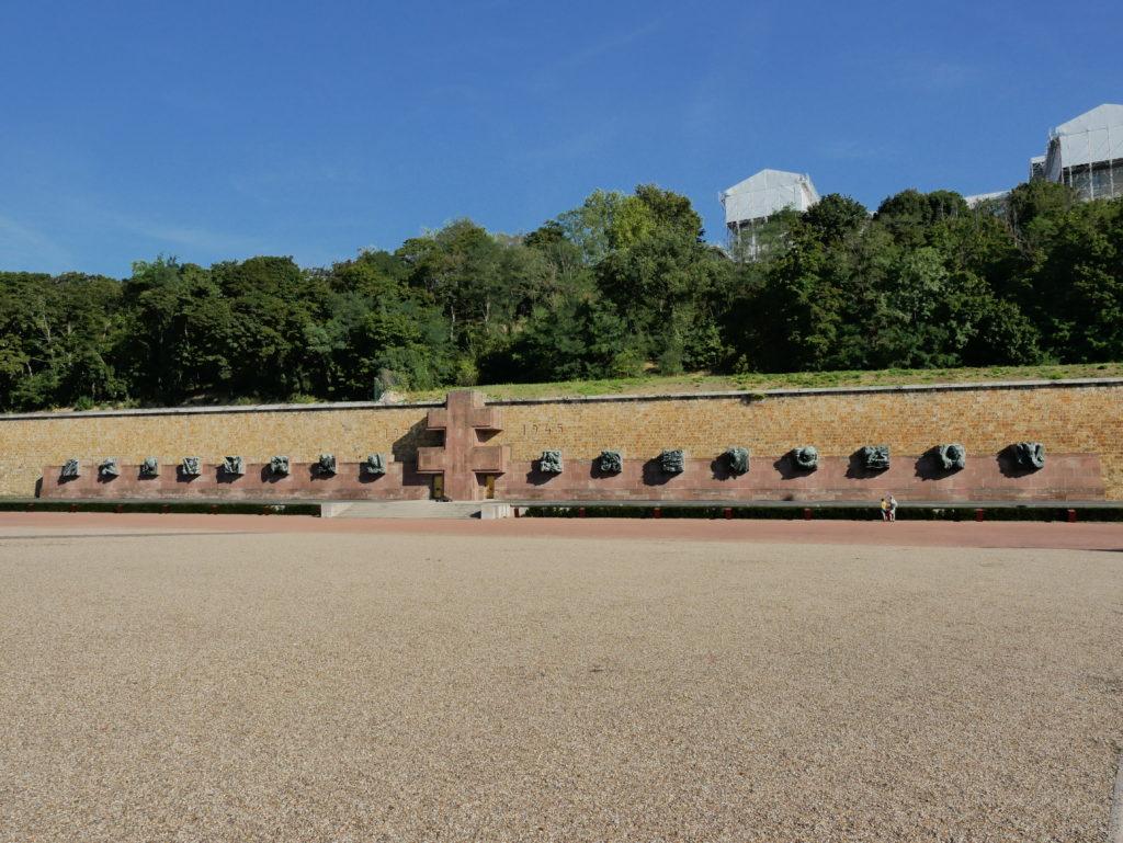 L'esplanade devant le mémorial de la France combattante